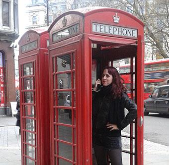Imagen de Lucía en una típica cabina londinense